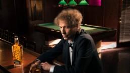 Bob Dylan i en bar med sitt nye whiskeymerke