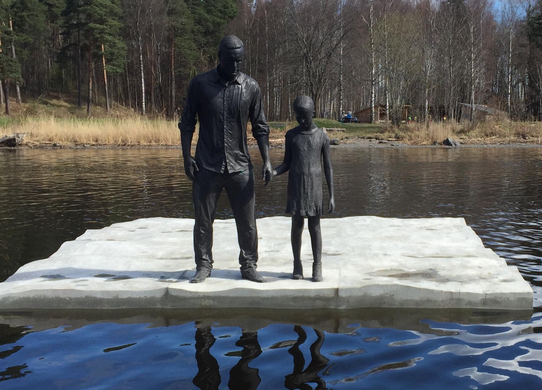 2 statuer på en brygge utenfor Sjøholmen i Sandvika som peker nedover