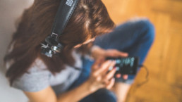 Kvinne lytter til podcast