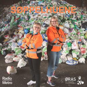 2 kvinner i oransje drakt foran søppelhaug